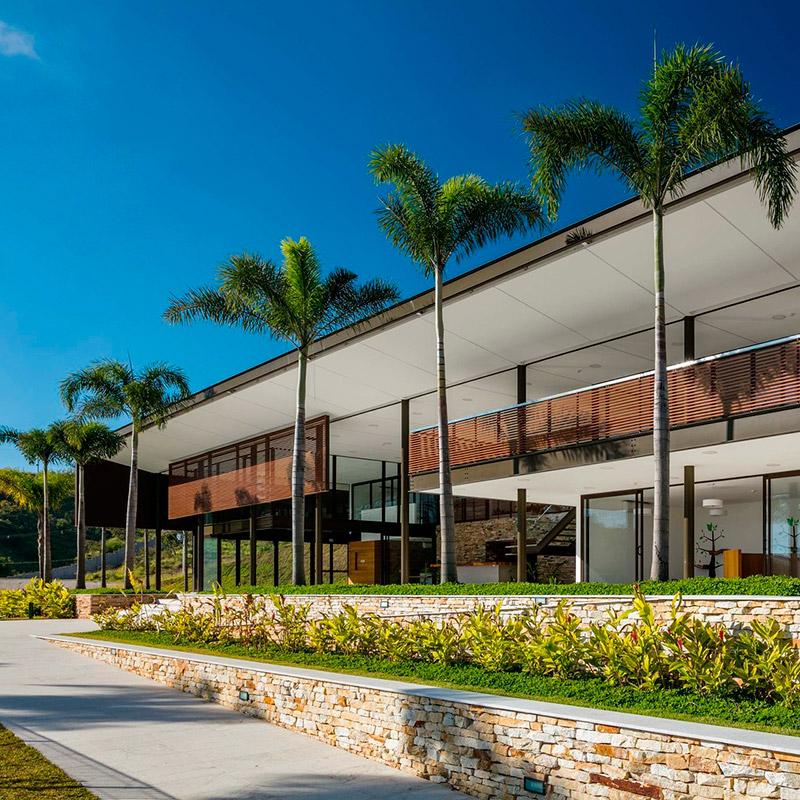 Brises e estrutura metálica marcam a arquitetura de clube em condomínio fechado