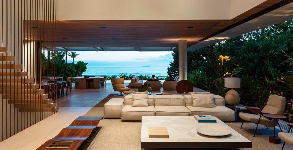 Casa de praia integrada à natureza possui decoração minimalista