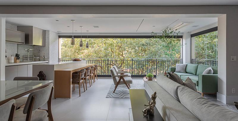 Apartamento integrado ganha décor em tons neutros