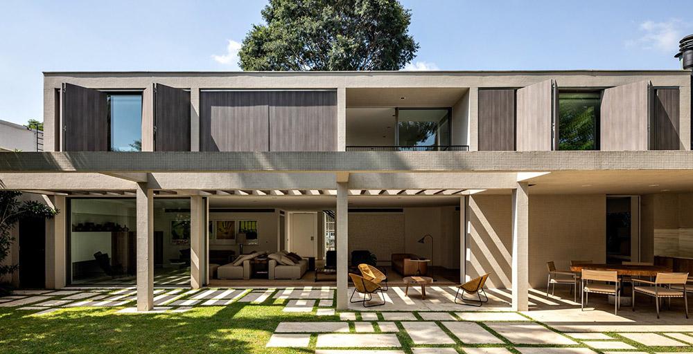 Móveis assinados caracterizam o décor de casa projetada por Oswaldo Bratke