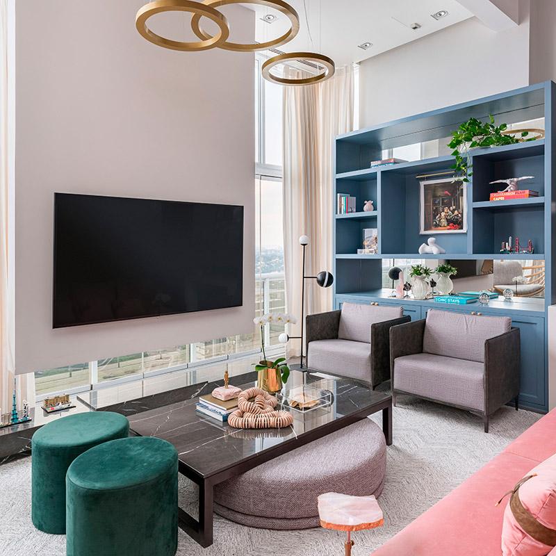 Apartamento com vista privilegiada ganha décor clássico com tons de rosa