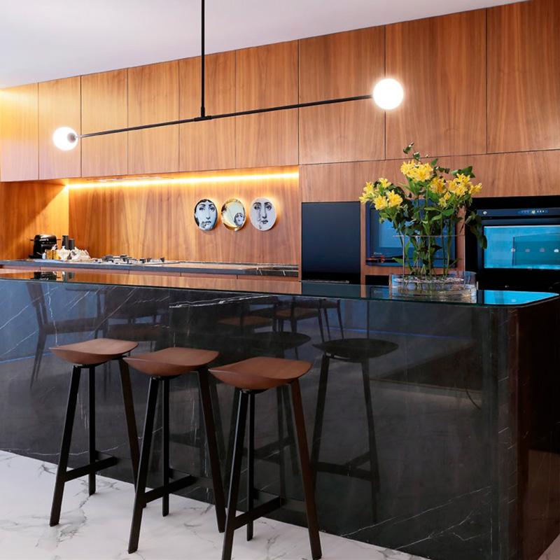 Apartamento com ampla área externa utiliza madeira e muito design brasileiro no décor